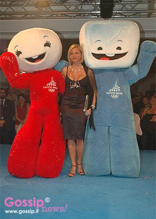 Simona_Ventura_con_Neve_e_Gliz__mascotte