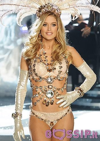 Le modelle sfilano con le nuove creazioni di Victoria's ...