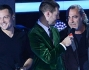 Alessandro Cattelan accoglie i due ospiti dopo la loro esibizione: Luca Carboni e Tiziano Ferro
