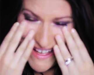 Laura Pausini in lacrime mentre canta 'Celeste'