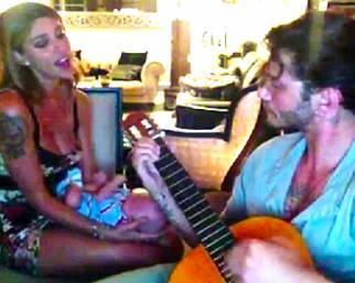 Belen e Stefano cantano per Santiago