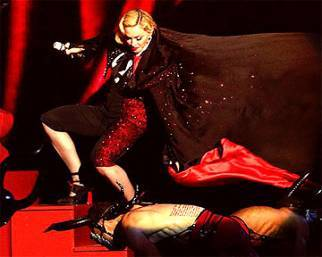 Madonna cade dal palco dei Brit Awards, il video