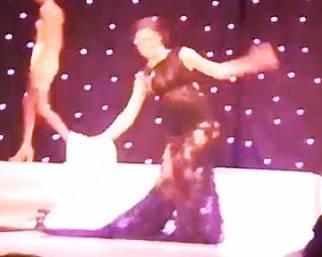 Cecilia Rodriguez inciampa e cade sul palco del Med Moda