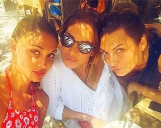 Belen Rodriguez a Ibiza beata tra le donne