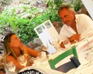 Claudia Galanti e Tommaso Buti cenano in Sardegna con i figli della showgirl