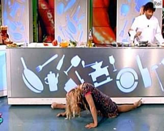 Lisa Fusco fa la spaccata e si fa male in diretta