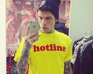 Fedez spacca con lo swag board