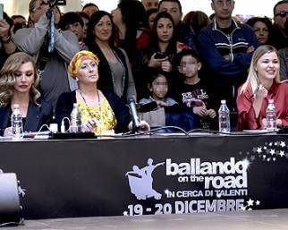 Milly Carlucci, Samanta Togni e le stelle di 'Ballando on the road'