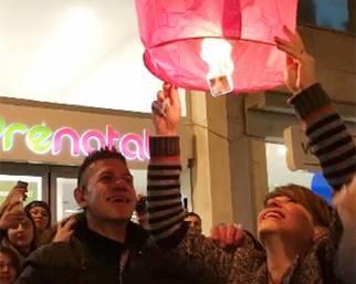 Alessandra Amoroso 'Vivere a colori' circondata dai fan