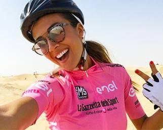 Giorgia Palmas in bici a Dubai corre...