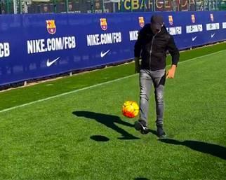 Eros Ramazzotti palleggia con Leo Messi