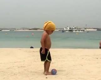 Maddox in spiaggia a Dubai gioca a palla
