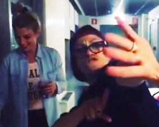 Emma balla e fuma dietro le quinte di Amici 15