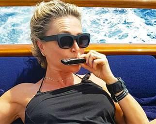 Paola Barale fa le prove con l'armonica