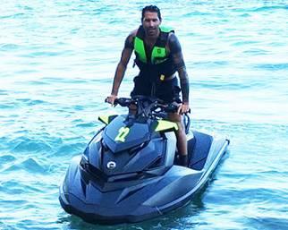Marco Borriello sfreccia con la moto d'acqua