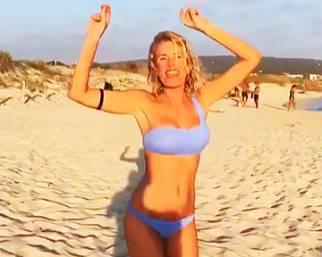 Alessia Marcuzzi, movimento di bacino in spiaggia