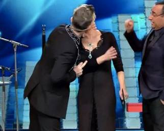 Robbie Williams bacia Maria De Filippi!