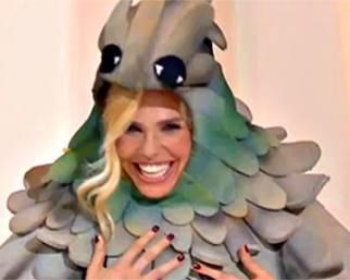 Ilary Blasi balla vestita da piccione
