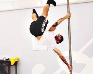 Stefano De Martino si scatena con la pole dance