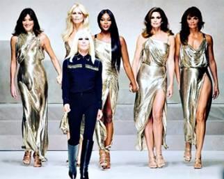 Le top Anni 90 sfilano per Versace
