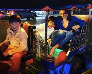 Alena Seredova, per i 40 primo viaggio in Asia con Nasi e i figli