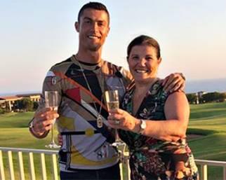 Cristiano Ronaldo brinda alla Juve con la madre