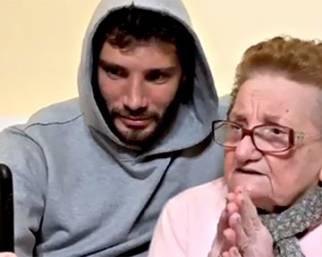 Stefano De Martino, risate con nonna