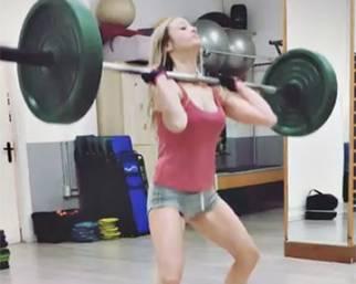 Martina Stella, guarda che muscoli