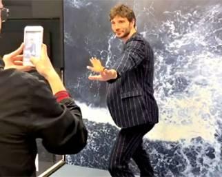 Stefano De Martino, fan in delirio da Sephora per lui