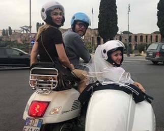Ilary Blasi in Vespa per l'addio al nubilato della sorella Silvia