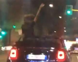 Belen e Stefano si scatenano sulla cabrio a Milano