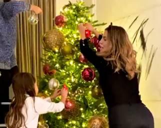 Claudia Galanti fa già l'albero di Natale