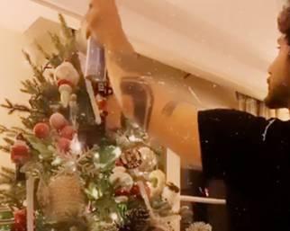 Belen decora l'albero di Natale con Stefano e Santi