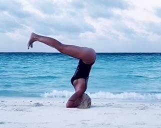 Ilary Blasi, yoga alle Maldive