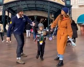 Belen e Stefano a Disneyland con Santi