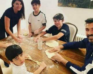Ilaria D'Amico e Gigi Buffon, pizza party con tutti i figli
