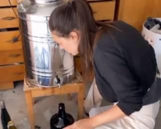 Cecilia Rodriguez sempre più contadina, ora fa l'olio