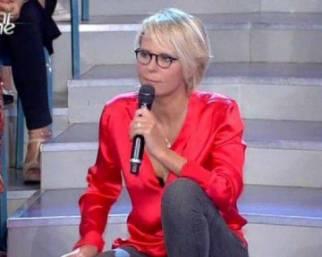 Maria De Filippi, ecco perché si siede sulle scale