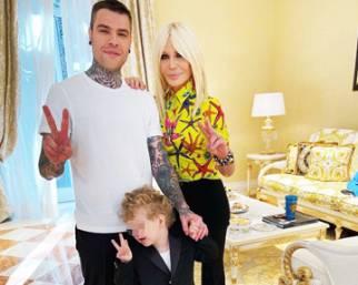 I Ferragnez con Leone a casa  di 'zia' Donatella Versace