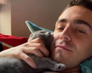 Tommaso Zorzi pazzo per il suo cucciolo di gattino
