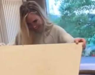 Ilary Blasi scarta il regalo di compleanno della sorella