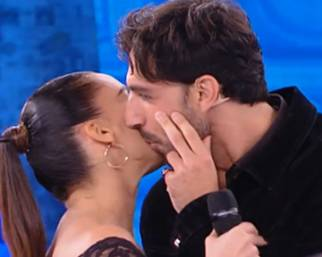 Raimondo Todaro è tornato con la madre di sua figlia: il bacio